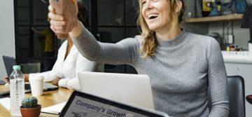 Valmentaako viestintäkonsulttisi kyykyttämällä vai nostamalla itsetuntoa?